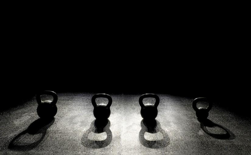 Ćwiczenia z kettlebell. Jak nie zrobić sobie krzywdy?