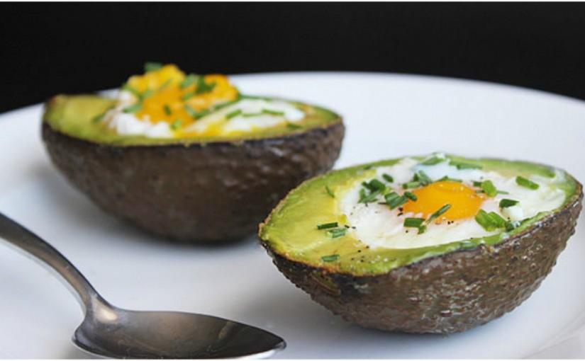 Przepisy na Wielkanoc: Pieczone awokado z jajkiem