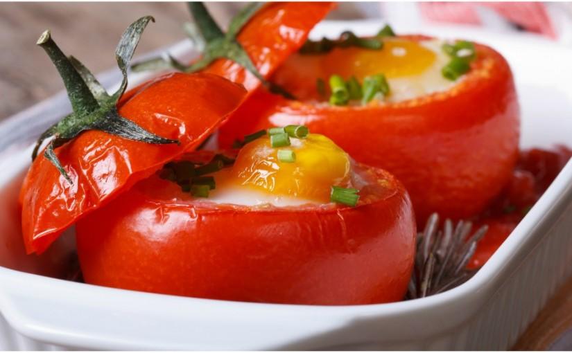 Przepisy na Wielkanoc: Pieczone pomidory z jajkiem – 164 kcal